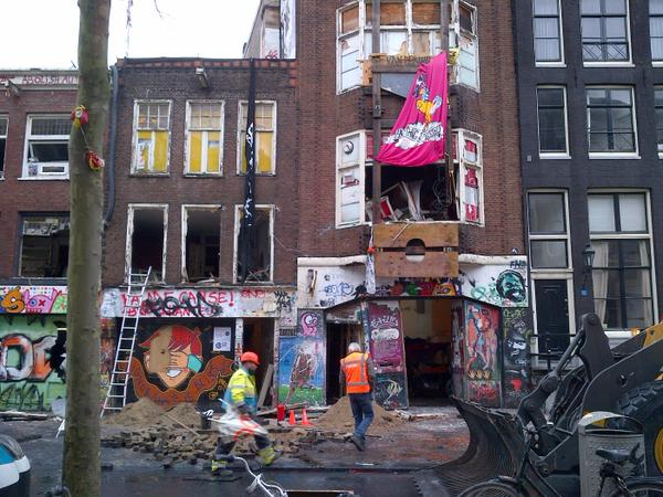 In front of the last Tabakpanden location cleared by police officers. March 25, 2015. (photo: Politie_Adam / Twitter)