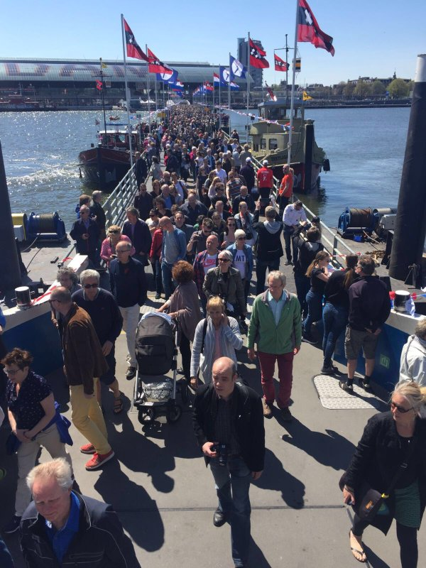 Crowd walking across a pontoon bridge crossing the IJ in Amsterdam for Liberation Day, 5 May 2016 (Photo: @45meiamsterdam/Twitter)